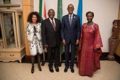 Le président sud-africain Cyril Ramaphosa (2e à gauche) et le président Paul Kagame après une réunion au village Urugwiro. Les ministres des Affaires étrangères des deux pays étaient également présents